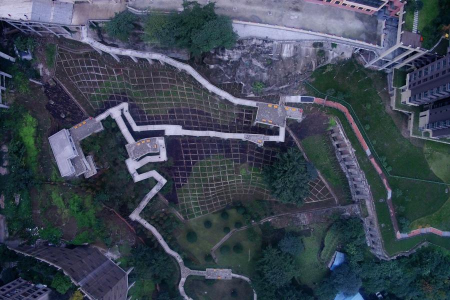 """重庆""""悬空栈道""""公园开放 70米高落差"""