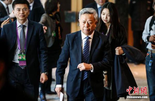 1月17日,当选亚投行(AIIB)首任行长的金立群在北京举行了上任后的首场记者会,图为金立群准备进场。中新社记者