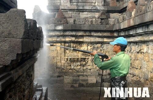 中国 印度尼西亚/6月6日,在印度尼西亚地震灾区,一名印尼工人正在清洗婆罗浮屠...