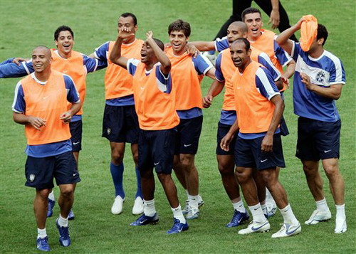 当地时间2006年6月17日,巴西国家队在昆尼格斯坦进行训练,备战世图片