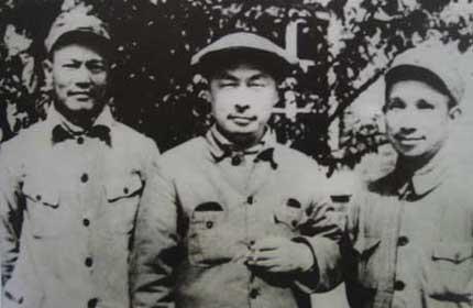 1949年4月,李先念与陈毅(中)、粟裕在河南濮阳.-中国当代军事家