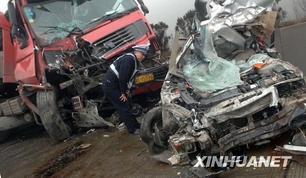 8日拍摄的京珠高速湖南郴州段车祸事故现场.新华社发(李细万摄