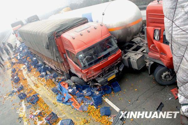 8日拍摄的京珠高速湖南郴州段车祸事故现场.-京珠高速13车连环相