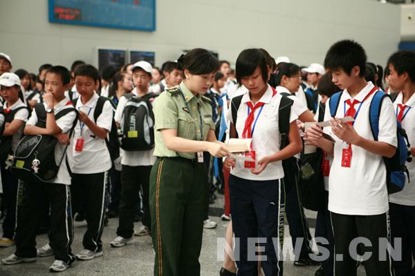 人热情服务参加新加坡夏令营的小学生.-成都边检站官兵提供热情