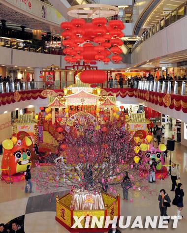 这是装饰一新的香港某商场(2月4日摄).-香港商家装饰一新迎新春