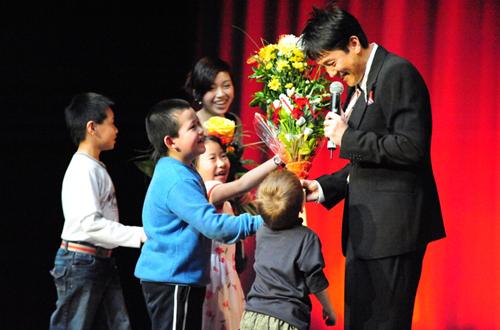 总政歌舞团歌唱演员蔡国庆2008年也来过布拉格,他仍是最受捷克华侨