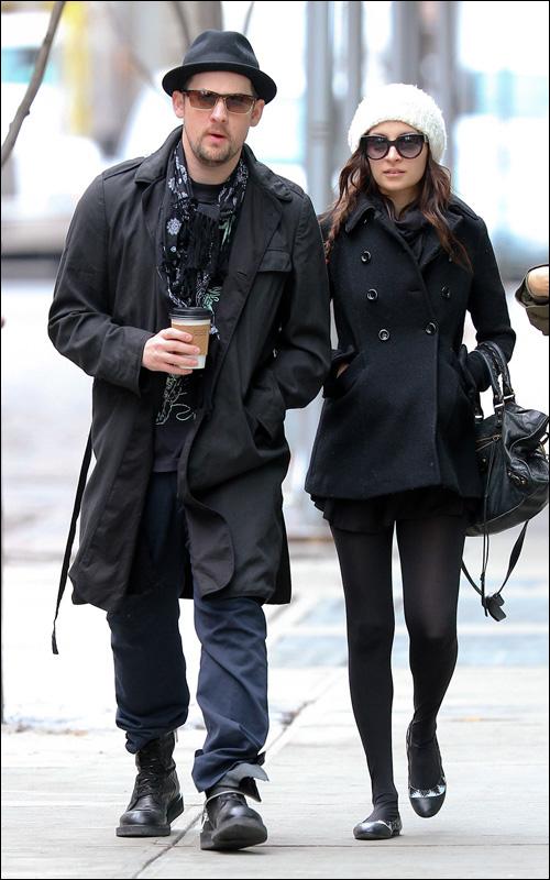 妮可里奇黑色呢子外套配白色毛线帽