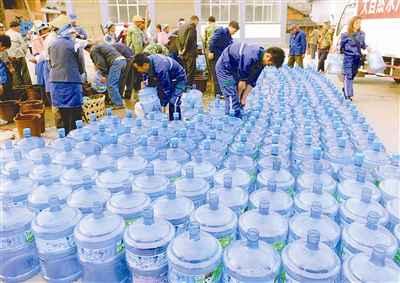 工作人员将300桶矿泉水免费送到西山镇蚂蚁