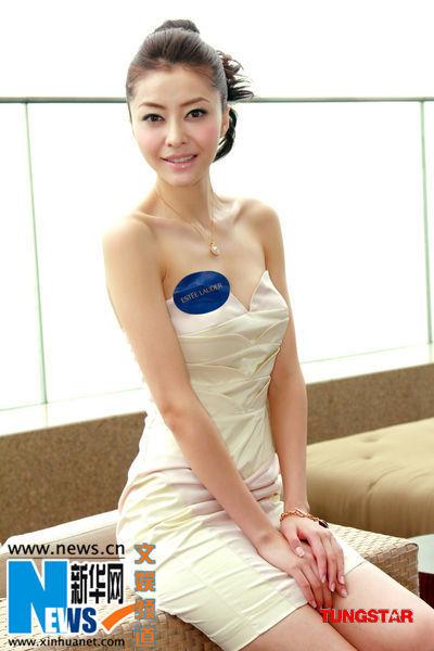美女名模大玩亲亲 熊黛林出席护肤品活动