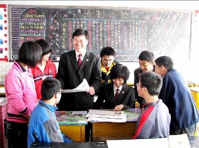 图为河北省魏县检察院检察官来到该县第四中学向同学们讲解法律知识图片