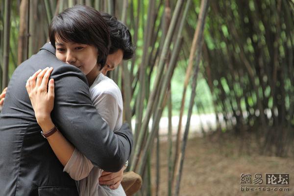 俊男与美女的吻戏 发生在浪漫的竹林里