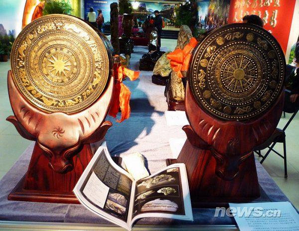 民族乐器.新华网发 (徐春来) 摄-广西河池文化展受北京市民欢迎