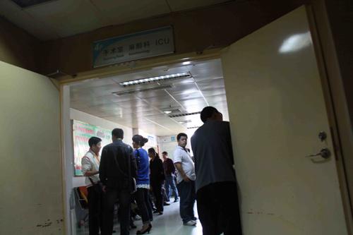 午,在南平第一医院住院部的重症监护室里家属在焦急等待-福建南平