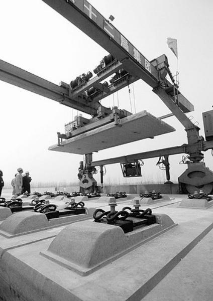 图2:中铁十二局京沪高铁四标段开始进行轨道板铺设准备作业