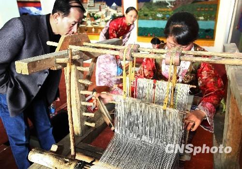 图:西藏文化博物馆藏民演示手工艺