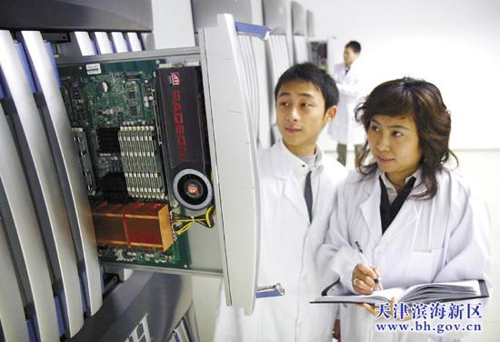 中国网滨海高新讯 从南开之星到曙光高性能计算机再到天河一号,高性能计算机在天津实现了从万亿次到百万亿次再到千万亿次的三步跨越。记者昨日从滨海新区科委获悉,2009年,滨海新区高性能计算和高性能存储产值达到了10亿元,预计2010年高性能计算机及其相关领域的产值将达到30亿元,而随着天河一号等重大项目的全面运行,这一领域的产值还有望翻番增长。滨海新区目前已初步形成了以天河一号超级计算中心、曙光高性能计算机、中科蓝鲸高性能存储器和腾讯天津研发与存储中心为主的一批拥有自主知识产权的高性