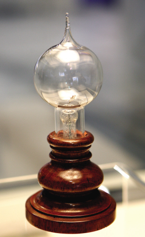 爱迪生灯泡在这闪亮 永久性场馆世博博物馆