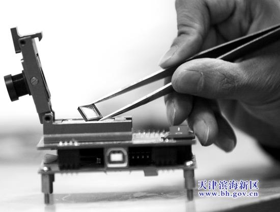 中国网滨海高新讯 国内首款专门用于视频监控的CMOS图像传感器近日在天津市滨海新区研制成功,记者昨日从滨海新区科委获悉,由滨海新区企业天津市晶奇微电子有限公司开发的这款产品具有多项自主新技术,目前正进行批量生产的准备。   近年来,滨海新区以滨海高新区、开发区、保税区等区域为主力军,引进、培育了一批集成电路行业的龙头企业。一条以设计、制造、封装和测试为核心的集成电路(简称IC)产业白金链正在新区形成。   种子企业初长成   滨海新区IC设计企业起步较晚,多为2006年以后设立。5年来,这些