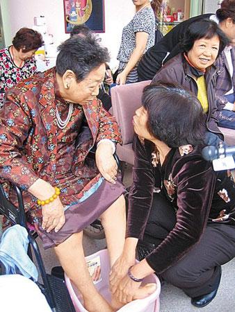 92岁患癌母亲洗脚