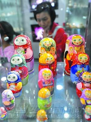 5月2日,俄罗斯传统工艺品套娃受到游客的追捧.