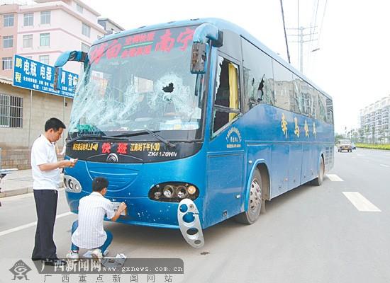 一辆南宁开往博白客车遭袭 10多人持钢管狂砸车窗高清图片