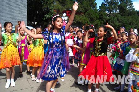 各民族小朋友跳起欢快的舞蹈-各族儿童欢聚北京 共庆 六一 儿童节
