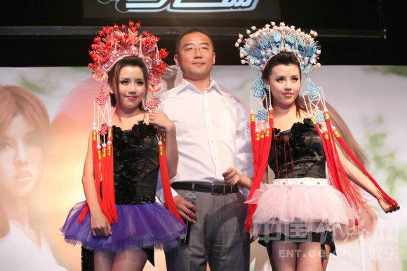 BY2《成人礼》北京首唱 穿 性感泳装变足球宝