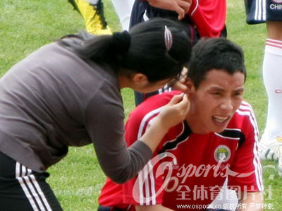 国足备战亚洲杯 陈涛 怕痛 呲牙裂嘴