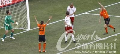 鲍尔森造本届世界杯首粒乌龙球.-范佩西传中造进球 丹麦后卫打进首