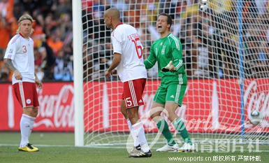 南非世界杯首个乌龙球 丹麦队鲍尔森阿格联手制造