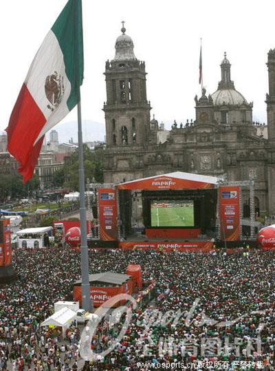 墨西哥城万人空巷 共同见证球队击败法国