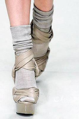 如果你穿凉鞋穿袜子走在街上