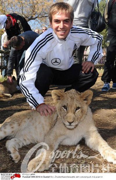 [组图]德国队探访野生动物园 拉姆与狮子亲密接触
