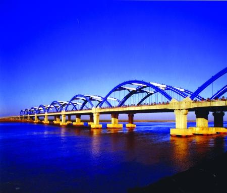 集团投资修建的京港澳高速公路黄河大桥-踏平坎坷成大道