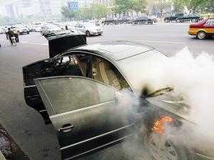 下午,在北京西长安街,一辆小轿车发生自燃,随后赶到的西城消防图片
