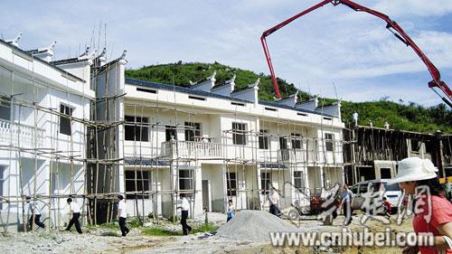 湖北富商兑现承诺 建26栋别墅送给村民