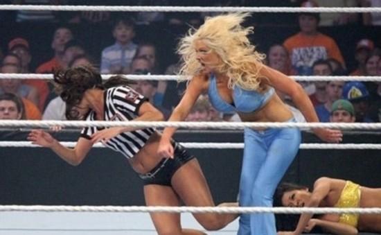 组图:实拍美国职业女子摔跤