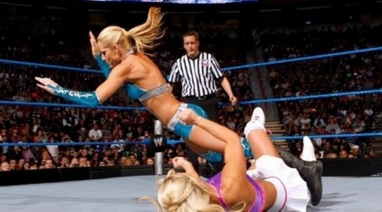 组图:实拍美国职业女子摔跤 550