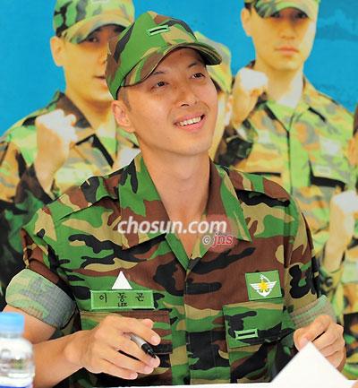 士兵 李东健穿军装亮相双眼凹陷 令粉丝心疼图片