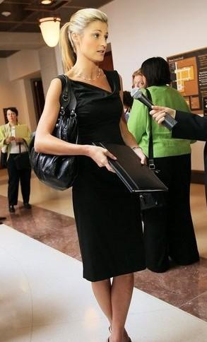 美女记者艾琳 安德鲁斯呼吁严惩偷拍者图