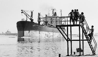 半年,通过埃及苏伊士运河的集装箱货轮数量显著上升.-探寻符合实