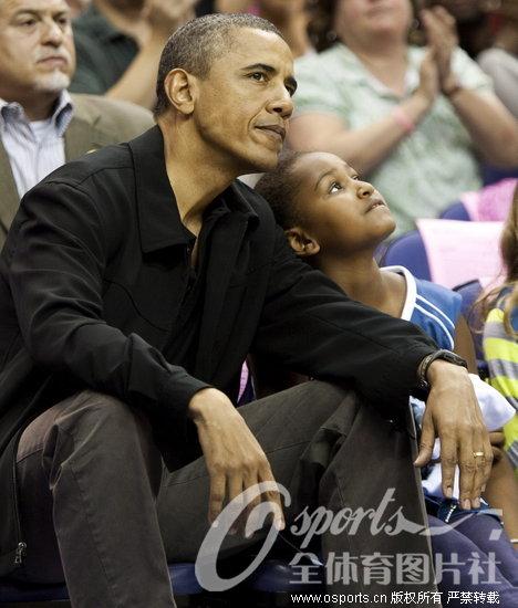 奥巴马携女观战WNBA 父女再显温情一面