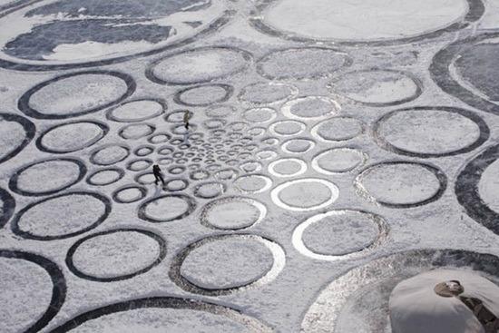 艺术家在结冰湖面上创作巨型几何画作
