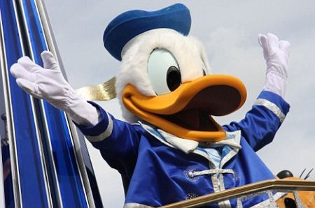 美国游客游迪士尼乐园遭 唐老鸭 袭胸索赔5万