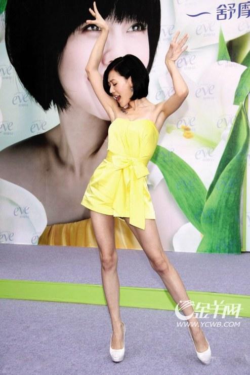点评:大小s是众多女明星当中比较喜欢穿短裙露腿的