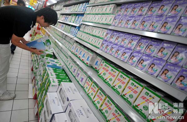 海南省海口市家乐福超市蒙牛和伊利250毫升装纯牛奶处于断货高清图片
