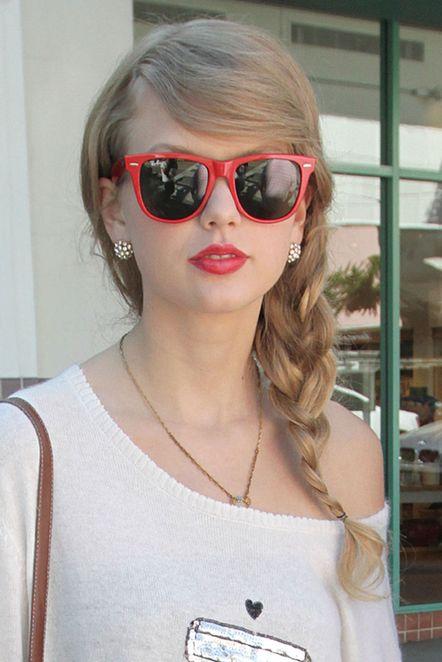 泰勒秋装上身 红边墨镜俏皮可爱(图)