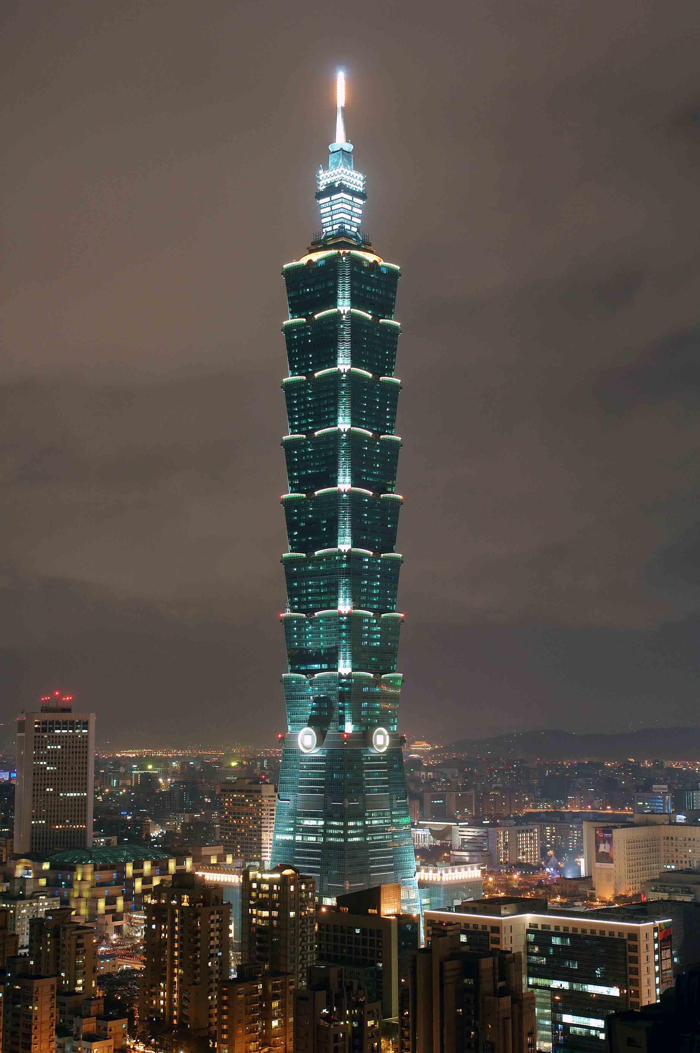 台风 凡亚比 挟带强风 台北101大楼竟被吹动