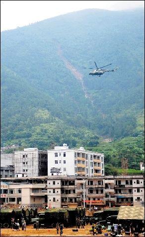 9月24日,军用直升机飞抵重灾区马贵镇.-军用直升机空投物资应对台