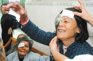 海南 苏晓杰 梁玉美/复明的70岁老人梁玉美,在做视力检查时开心地笑了。海南日报...